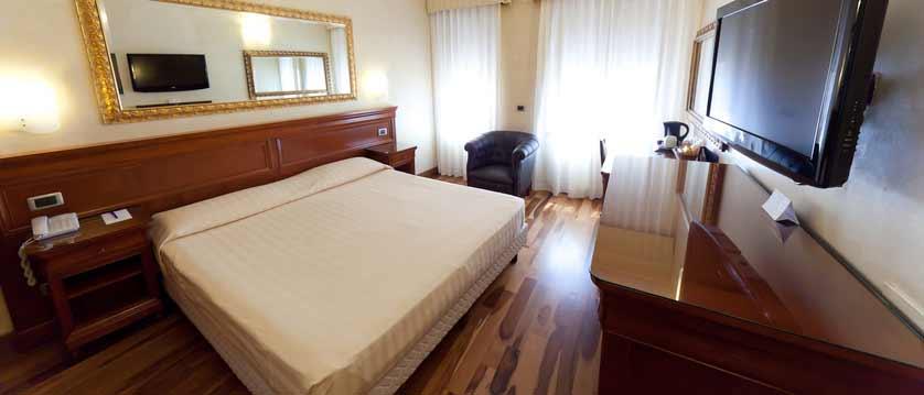 Hotel Giuletta & Romeo, Verona, Italy - bedroom.jpg
